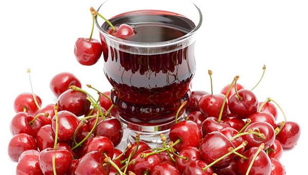 красный напиток в стакане