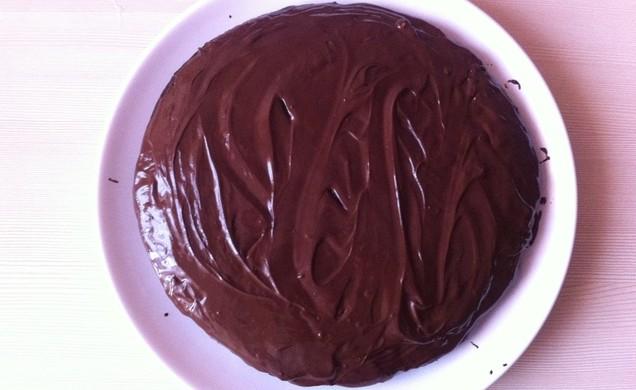 промазанный пастой пирог