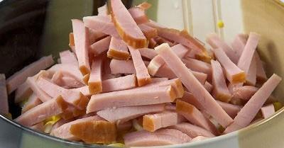 порубленное мясо в миске
