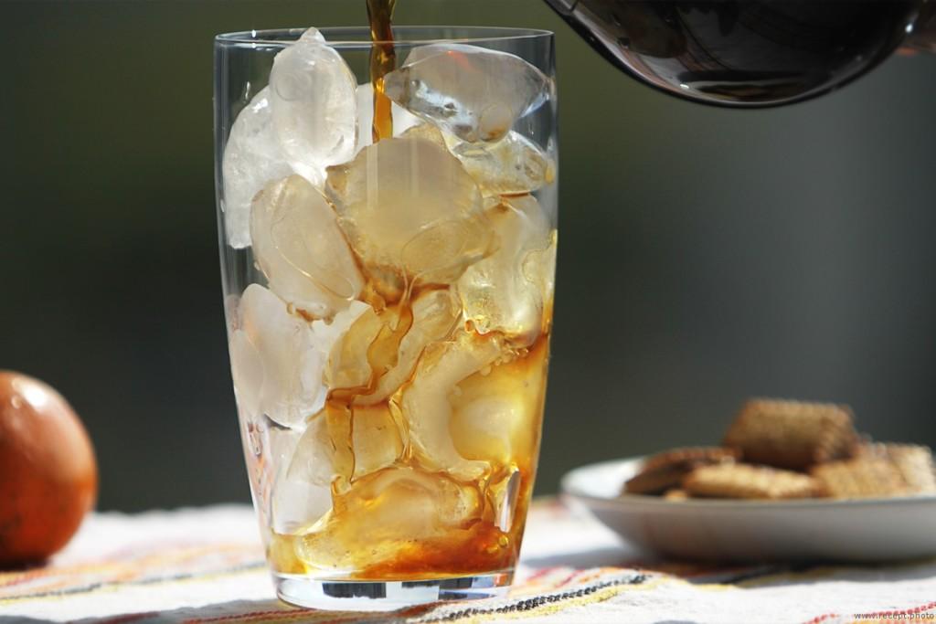 бокал с кубиками льда