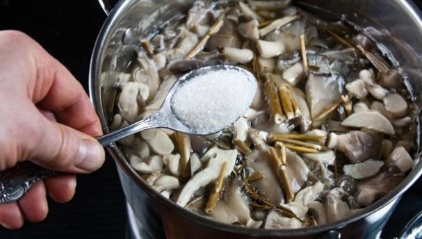 добавление сахара в кастрюльку
