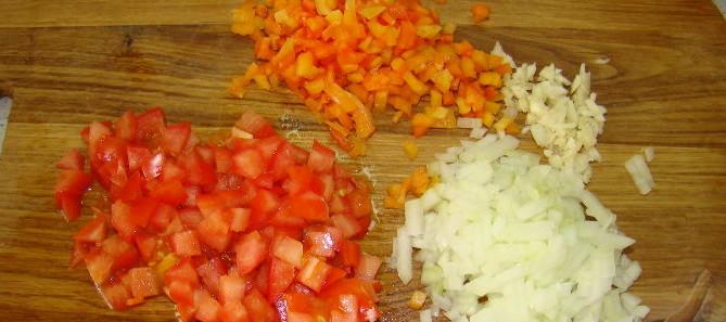 порезанные овощи на доске