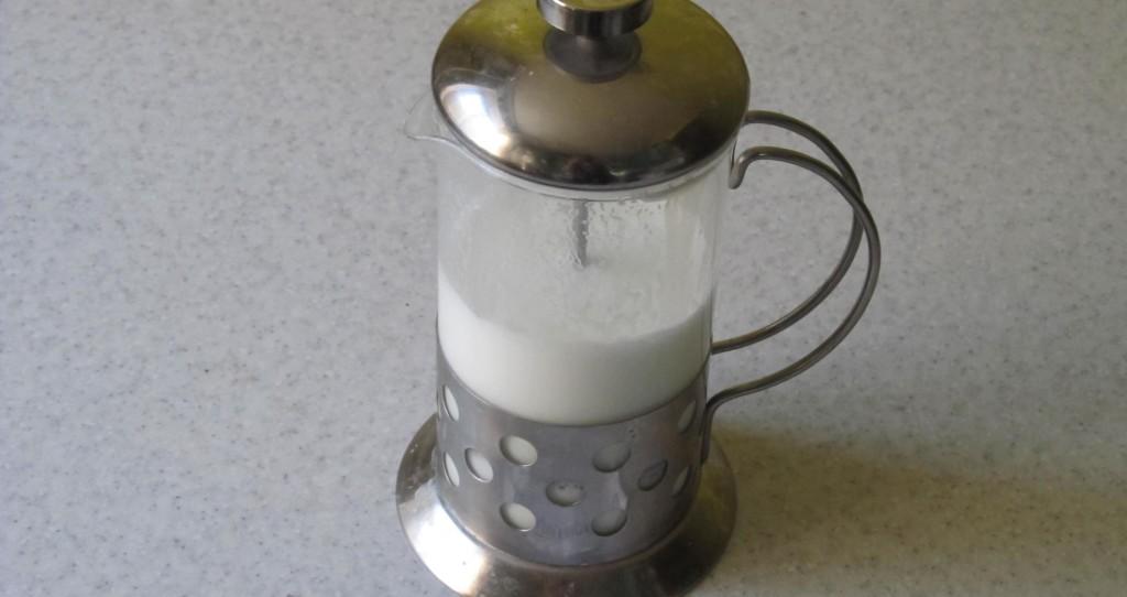 молоко во френч-прессе