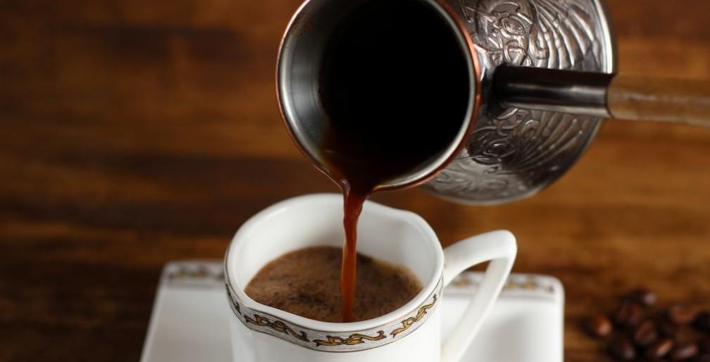 сливание espresso в кружку