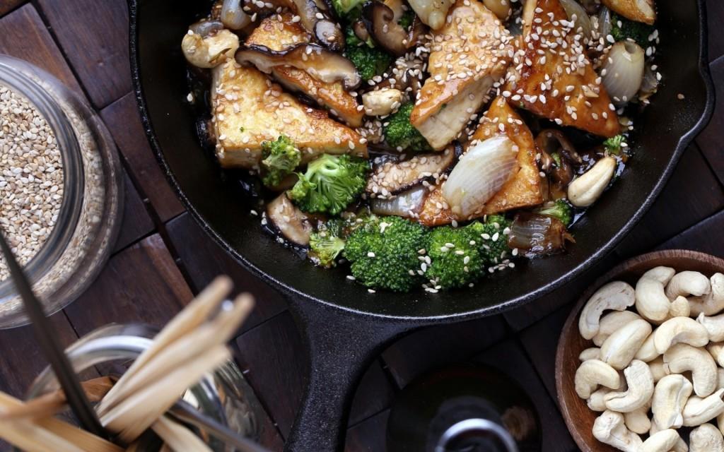 обжаривание мяса с брокколи