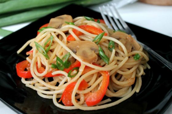 спагетти с ветчиной и грибами в сливочном соусе рецепт