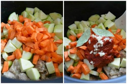 Добавляем овощи, томатную пасту и лаврушку