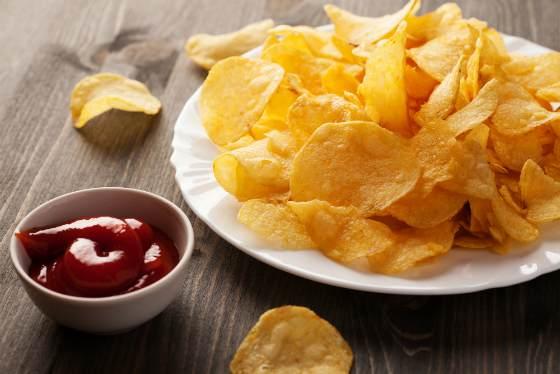 Картофельные чипсы с соусом