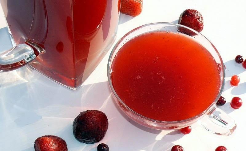 кружка с алым ягодным напитком
