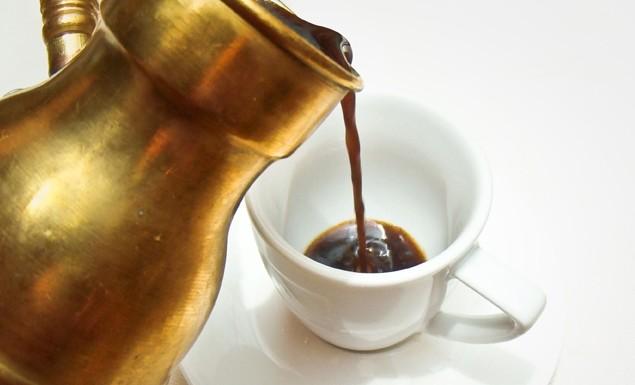 переливание эспрессо в чашу