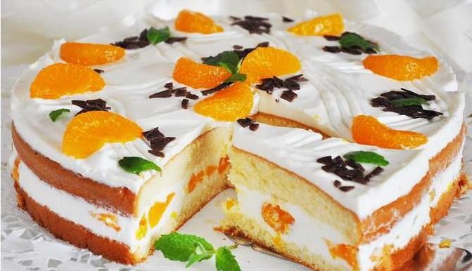 готовый торт с йогуртным кремом и фруктами