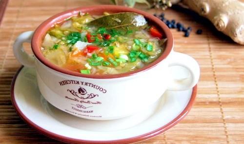миска с диетическим овощным супом
