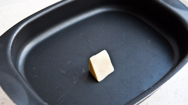 промазывание формочки маслом
