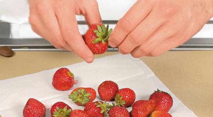 очищение ягод от зеленых хвостиков