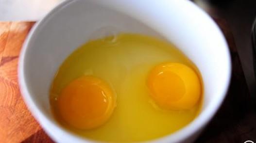 разбитые яйца в миске