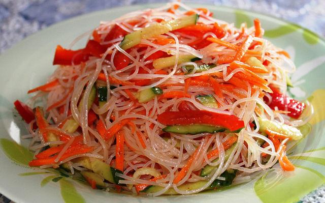 вкусный овощной салат с фунчозой