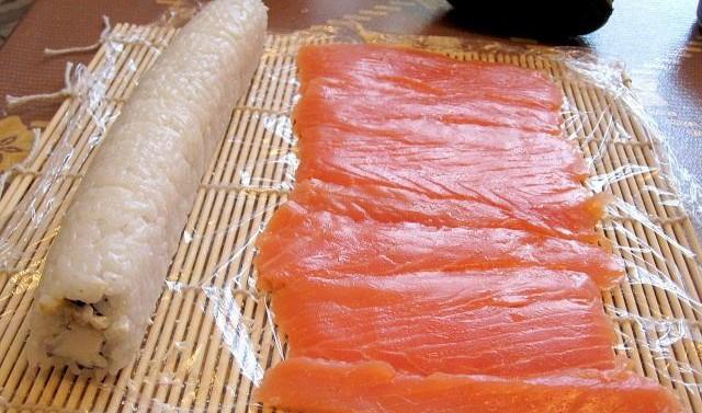 закрученный ролл и лосось