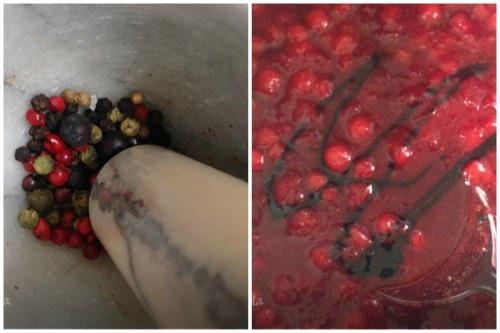 Расталкиваем в ступе специи и добавляем в смесь бальзамический уксус