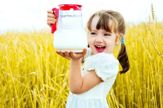 девочка с молоком