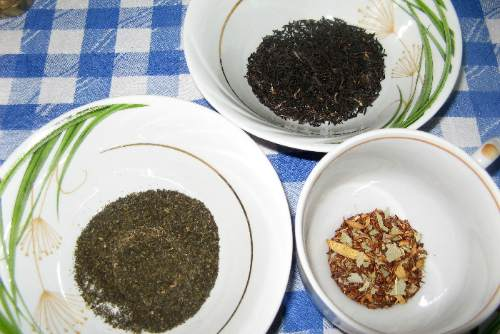 Зеленые и черные чайные листочки