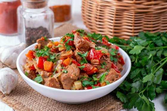 Тушеное мясо с овощным гарниром