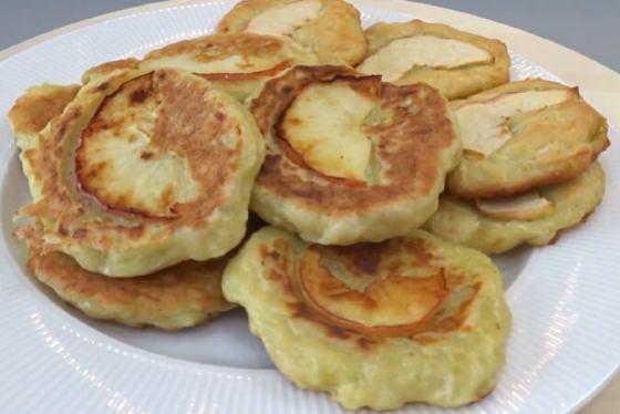 Сладкие кабачковые оладушки с яблоками